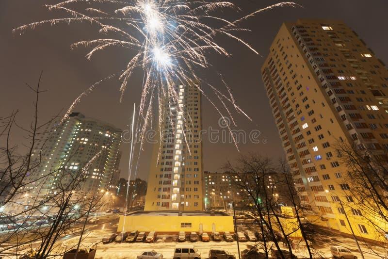 Feuerwerke des neuen Jahres im Wohngebiet der Stadt stockbilder