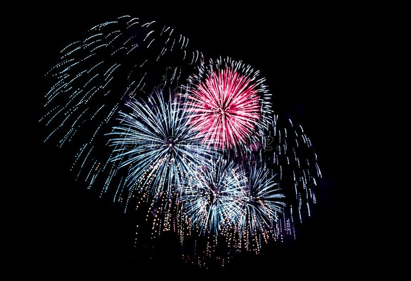 Feuerwerke, die gegen bewölkten Himmel explodieren stockfotografie