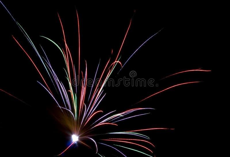Feuerwerke, die herauf den Himmel beleuchten stockbild