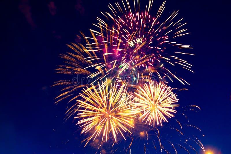 Feuerwerke fünf - Fünf Feuerwerks-Explosion an 4 stockfoto