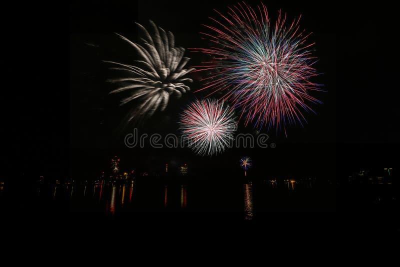 Feuerwerke am Festival von Lichtern auf dem Alte Donau in Wien, Österreich lizenzfreies stockfoto