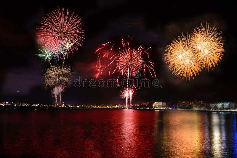 Feuerwerke, Feuerschloss in der Küste, Reflexion auf dem Meer nachts in den Rosen, Katalonien, Spanien stockfoto