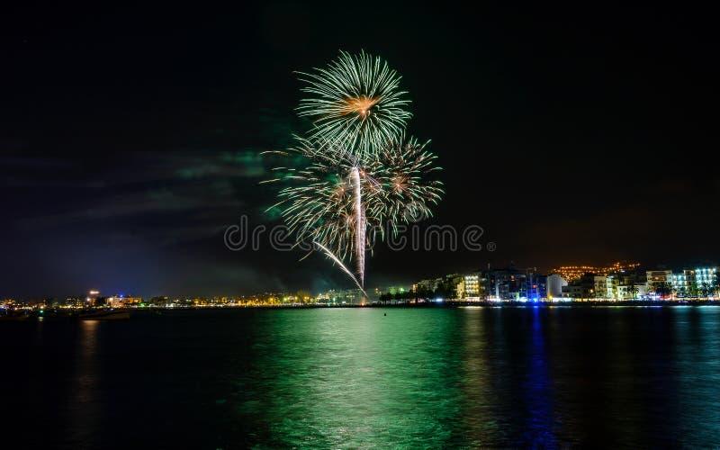 Feuerwerke, Feuerschloss in der Küste, Reflexion auf dem Meer nachts in den Rosen, Katalonien, Spanien lizenzfreie stockfotografie