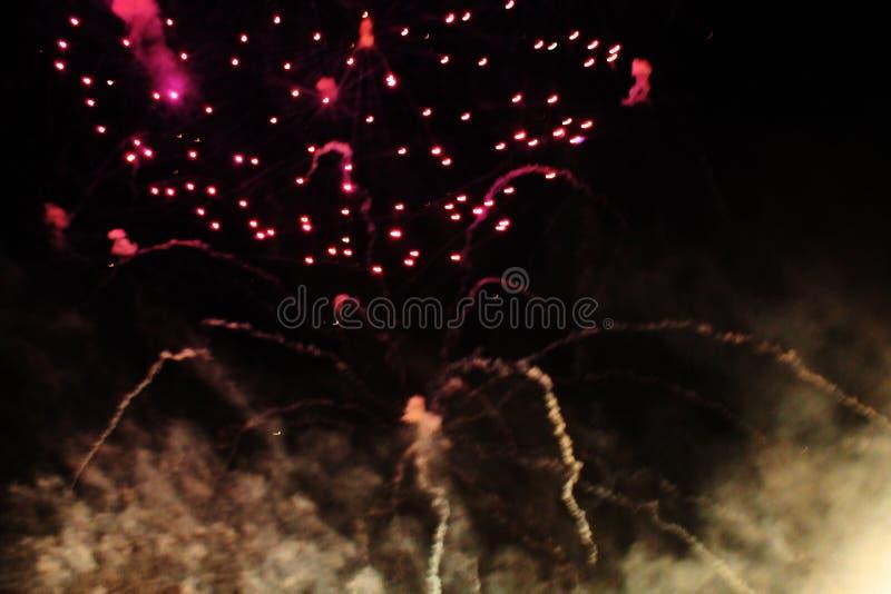 Feuerwerke feuerwerk Himmlischer Hintergrund Bunte Welle von hellen funkelnden roten funkelnden Lichtern im nächtlichen Himmel wä lizenzfreies stockbild