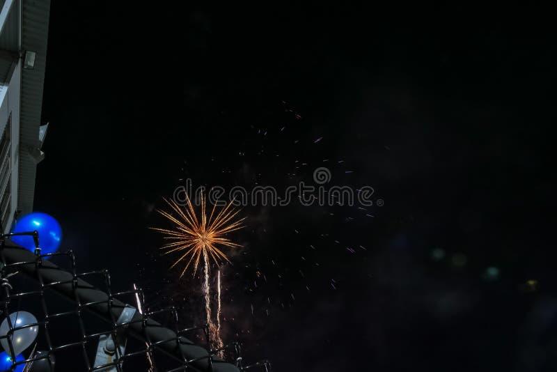 Feuerwerke gesehen vom Fußballstadion lizenzfreie stockbilder