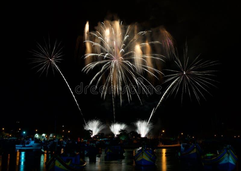 Feuerwerke Helles Zeigung in Malta Magische Feuerwerke Feuerwerksfestival im neuen Jahr glückliches Mädchen mit Reisenfall stockfotografie