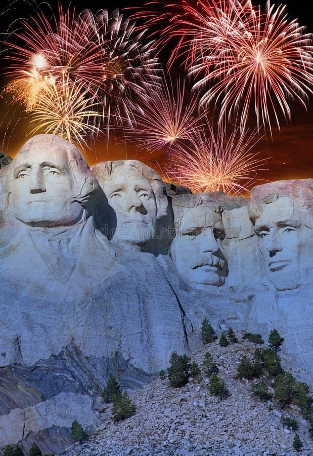 Feuerwerke hinter dem Mount Rushmore stockfotografie