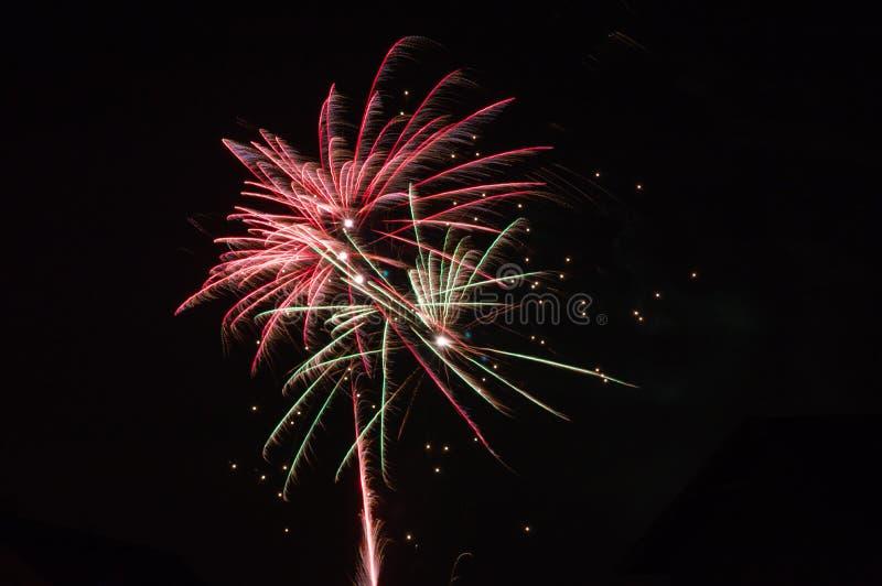 Feuerwerke im Himmel über der Nachtstadt stockfotos