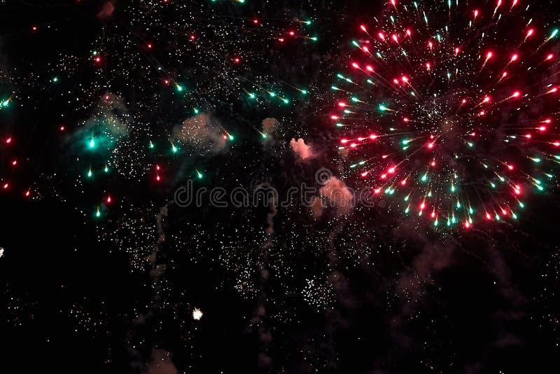 Feuerwerke im nächtlichen Himmel Beschaffenheitsgruß Abstraktes Foto von Florida lizenzfreie stockfotos