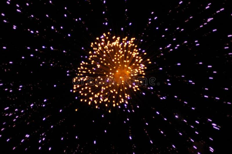 Feuerwerke im nächtlichen Himmel stockfotos