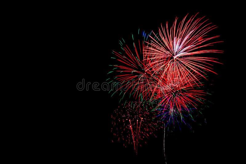 Feuerwerke im schwarzen Hintergrund lizenzfreie stockbilder