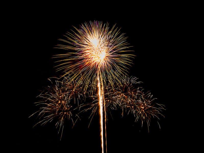 Feuerwerke lokalisiert auf schwarzem Hintergrund stockfotografie