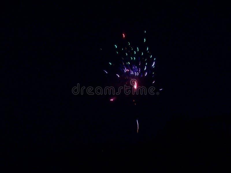 Feuerwerke am Nachtfeuer lizenzfreie stockbilder
