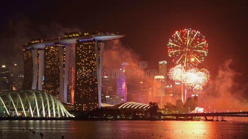 Feuerwerke neuen Jahres Singapurs in im Stadtzentrum gelegener Singapur-Stadt in Marina Bay-Bereich nachts Finanzbezirk und Wolke stockfotografie