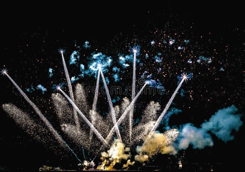 Feuerwerke, neues Jahr 2019, Feuerwerke gegen den Himmel nachts, Weihnachtskarte lizenzfreies stockbild