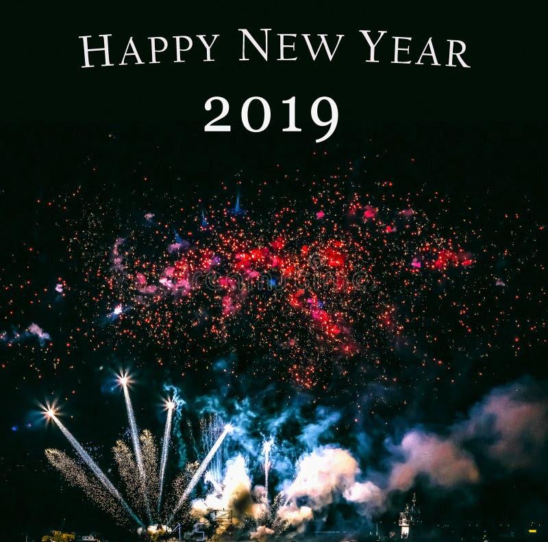Feuerwerke, neues Jahr 2019, Feuerwerke gegen den Himmel nachts, Weihnachtskarte stockbilder