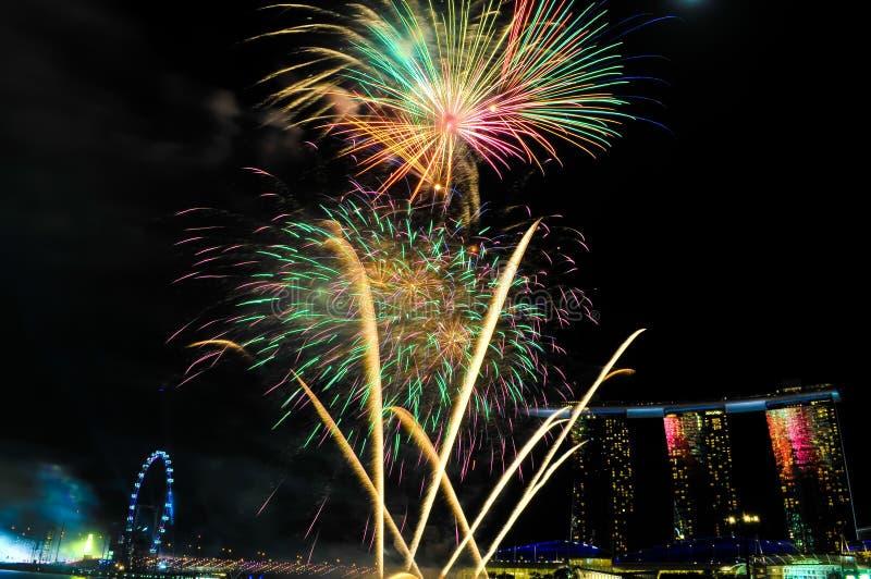 Feuerwerke in Singapur-Nationaltag, Feier des neuen Jahres, nächtlicher Himmel Singapur lizenzfreie stockbilder
