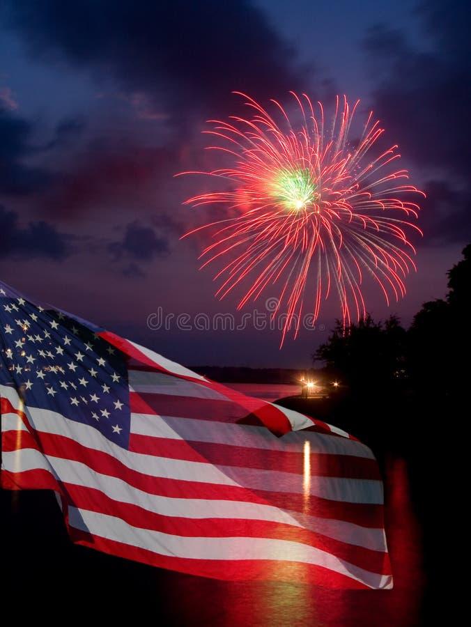 Feuerwerke und amerikanische Flagge stockbilder