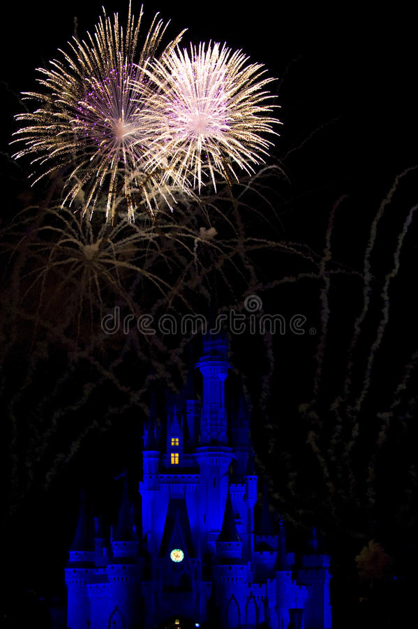 Feuerwerke und Disney-Weltschloß stockfoto