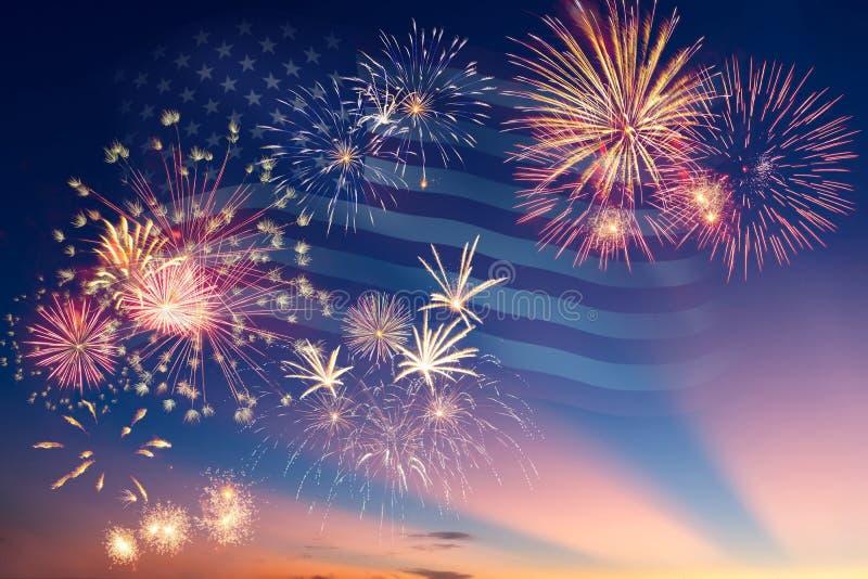 Feuerwerke und Flagge von Amerika lizenzfreies stockbild
