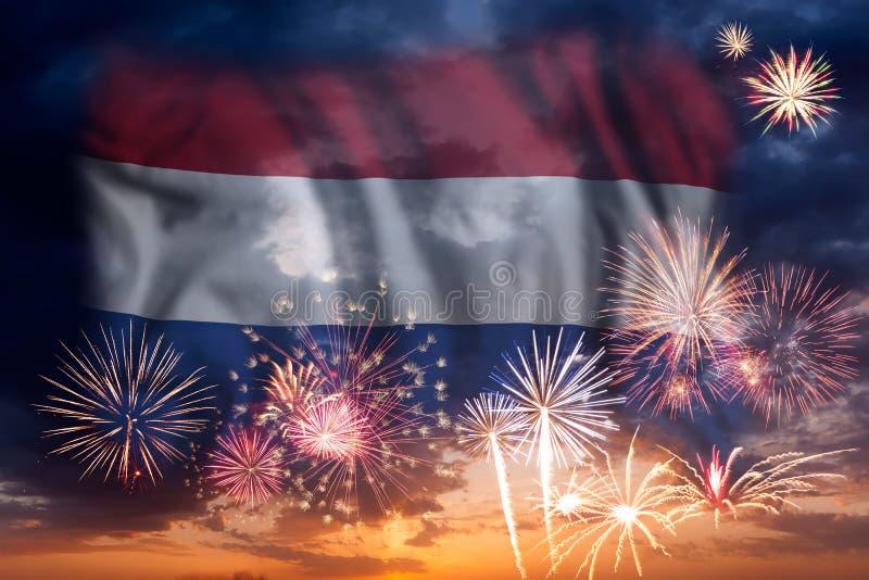 Feuerwerke und Flagge von den Niederlanden stockbild