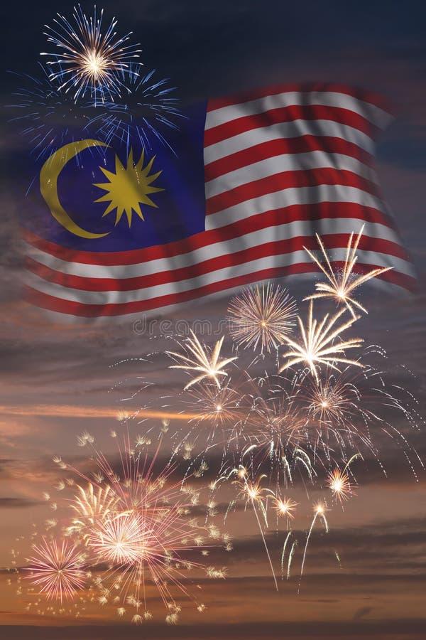 Feuerwerke und Flagge von Malaysia lizenzfreies stockbild