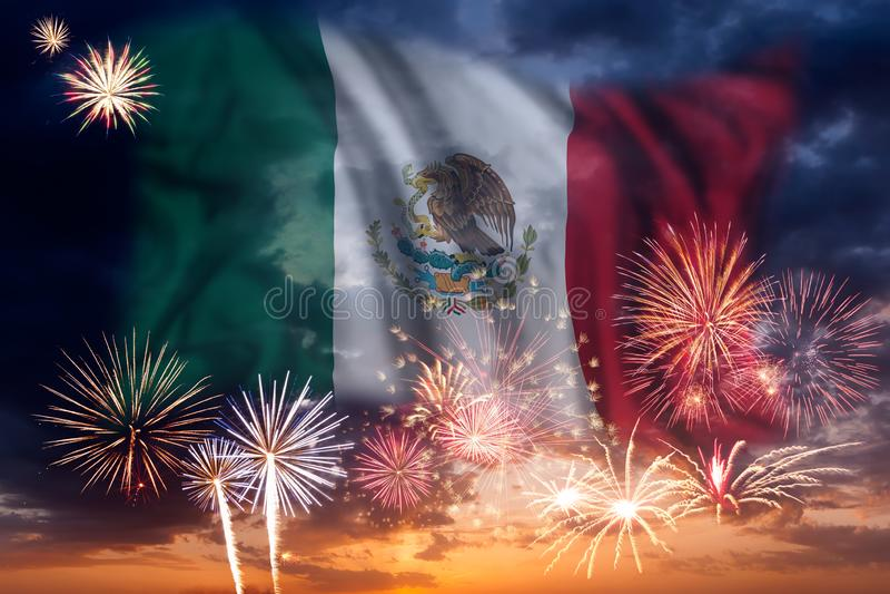 Feuerwerke und Flagge von Mexiko stockbilder