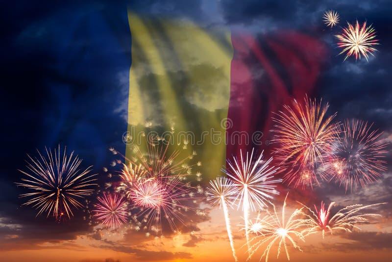 Feuerwerke und Flagge von Rumänien stockfoto