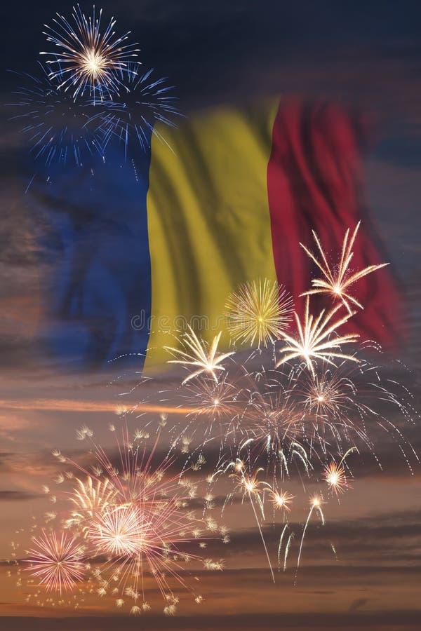 Feuerwerke und Flagge von Rumänien stockfotos