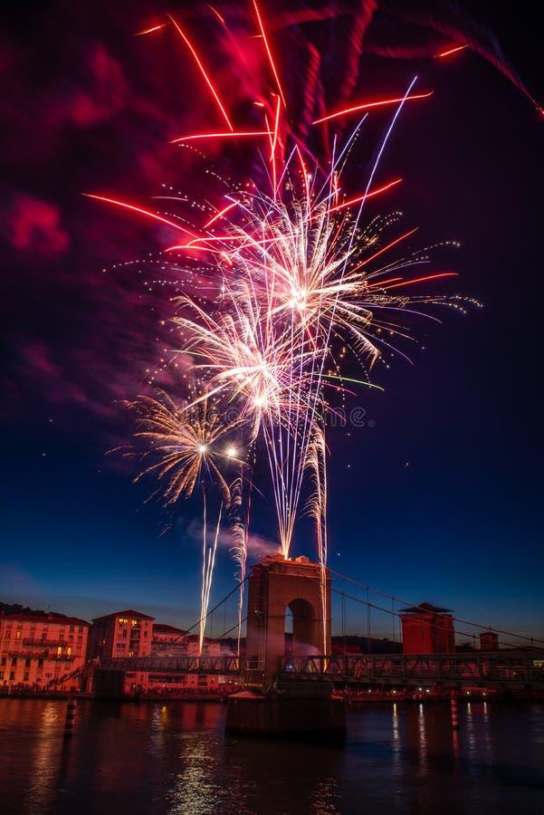 Feuerwerke während der Feiern des französischen Nationalfeiertags stockfotos
