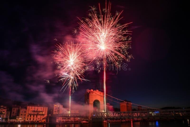 Feuerwerke während der Feiern des französischen Nationalfeiertags lizenzfreie stockfotografie