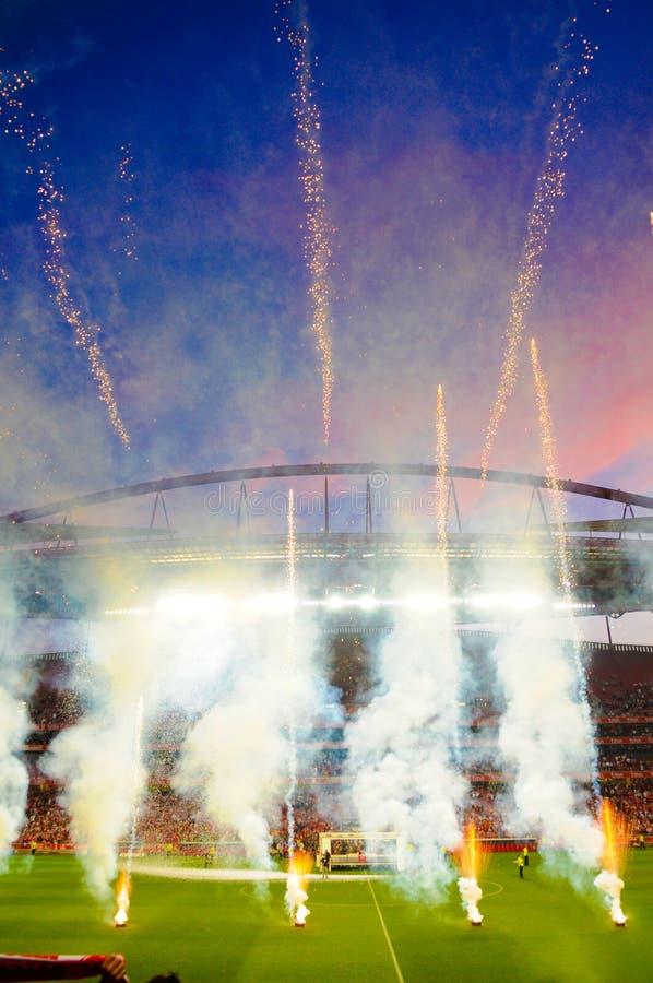 Feuerwerks-Fußball-Stadion, Fußball, trägt Sieger-Partei zur Schau lizenzfreie stockfotos