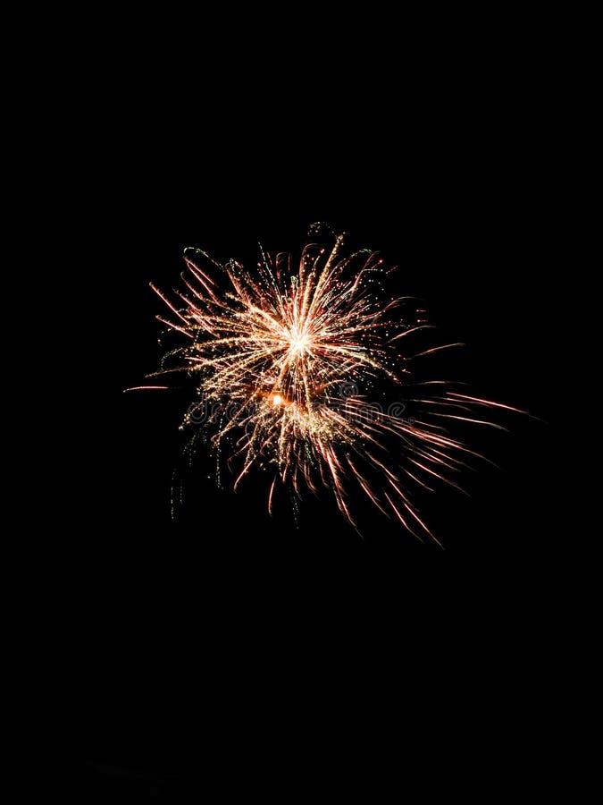 Feuerwerksfeiern holen Spaß zur Sommerzeit stockbilder