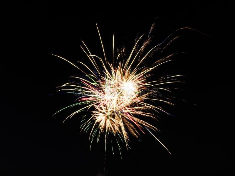Feuerwerkspastellfarbe zentriert im schwarzen Himmel lizenzfreies stockbild