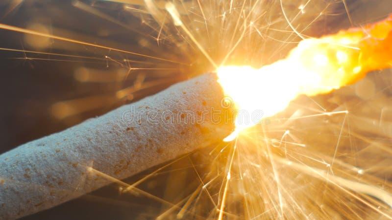 Feuerwerkswunderkerze Burning stockbilder
