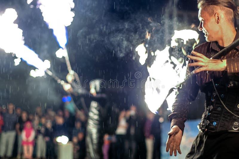 Feuerzeigung in der Kaluga-Region von Russland während des Stadtfeiertags eingeweiht dem Jugend Tag stockbilder