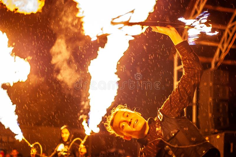 Feuerzeigung in der Kaluga-Region von Russland während des Stadtfeiertags eingeweiht dem Jugend Tag lizenzfreie stockbilder