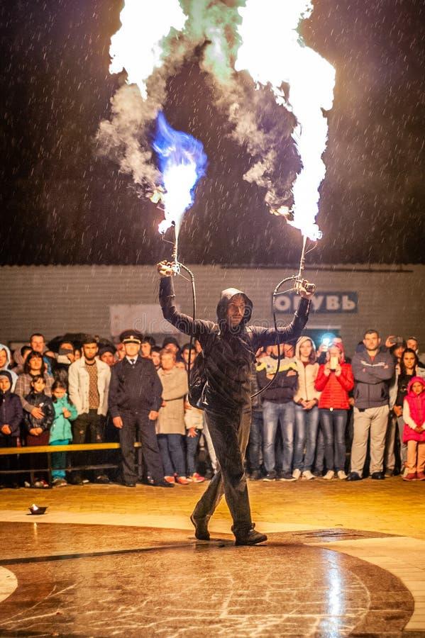 Feuerzeigung in der Kaluga-Region von Russland während des Stadtfeiertags eingeweiht dem Jugend Tag lizenzfreies stockfoto