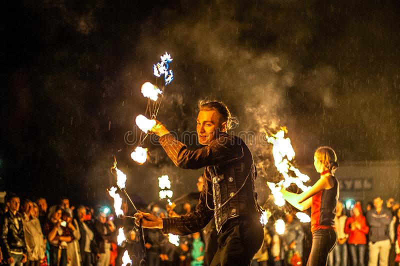 Feuerzeigung in der Kaluga-Region von Russland während des Stadtfeiertags eingeweiht dem Jugend Tag stockbild
