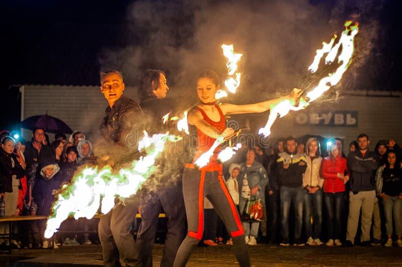 Feuerzeigung in der Kaluga-Region von Russland während des Stadtfeiertags eingeweiht dem Jugend Tag lizenzfreie stockfotografie