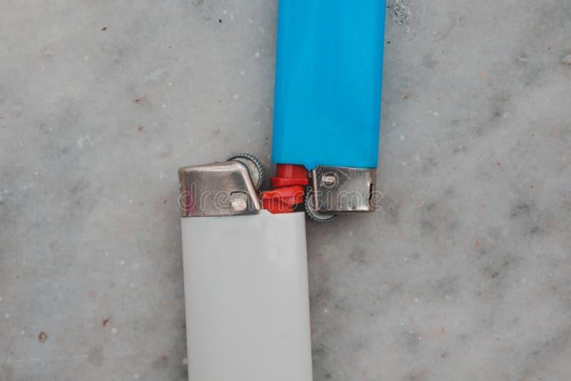Feuerzeug im Hintergrund weiß und rosa lizenzfreie stockfotografie