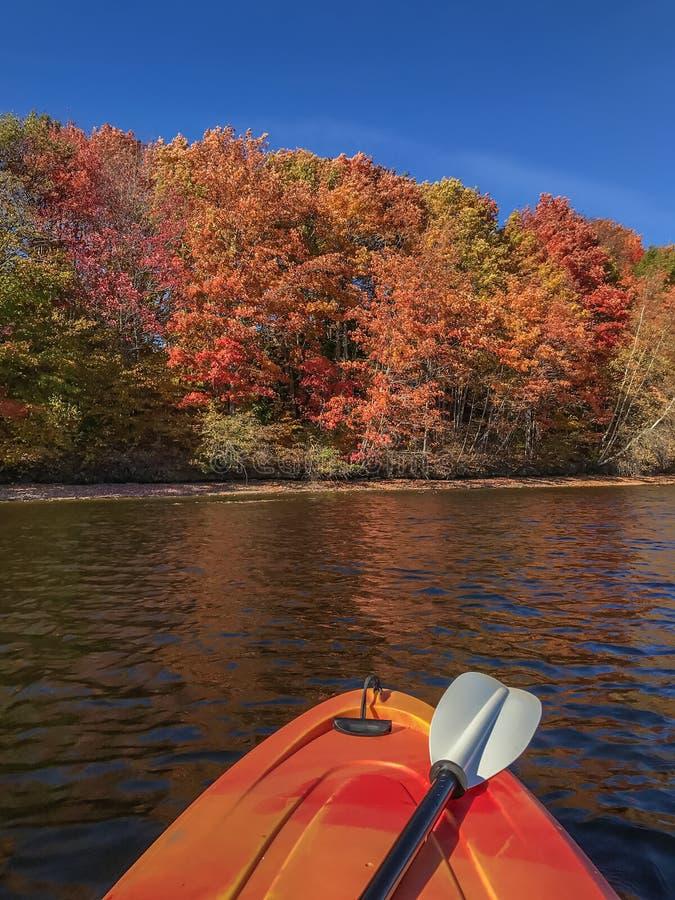 Feuillage d'automne avec le kayak dans le premier plan Congé coloré d'automne image libre de droits