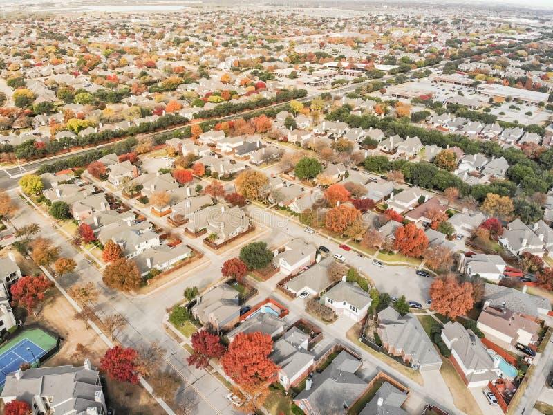 Feuillage d'automne coloré de voisinage de ranch de vallée de vue aérienne dans s photographie stock