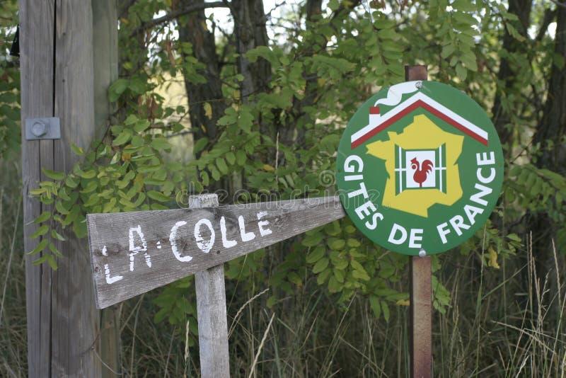 Feuillage de connexion de Gites de France avec un signe de nom de maison images libres de droits