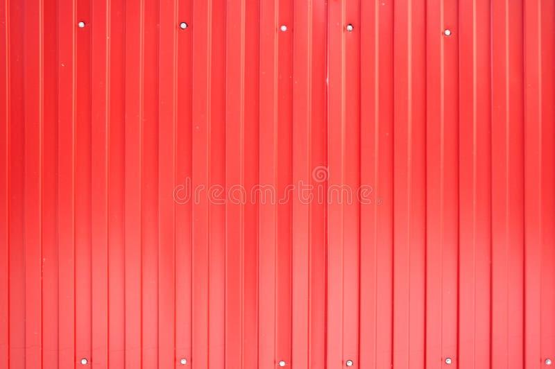 Feuillard rouge de fer avec les rayures verticales photo libre de droits