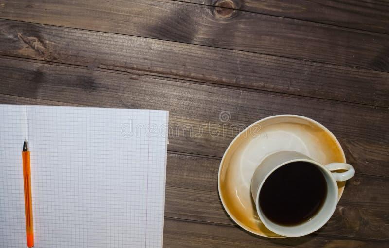Feuille à carreaux, une tasse de café noir photos stock