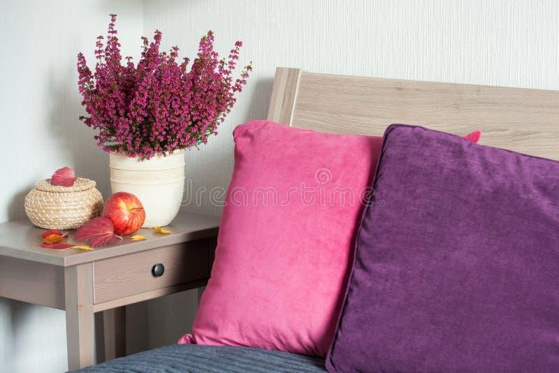 Feuille à la maison confortable de fleur d'humeur d'automne de chambre à coucher de coussin coloré photos stock
