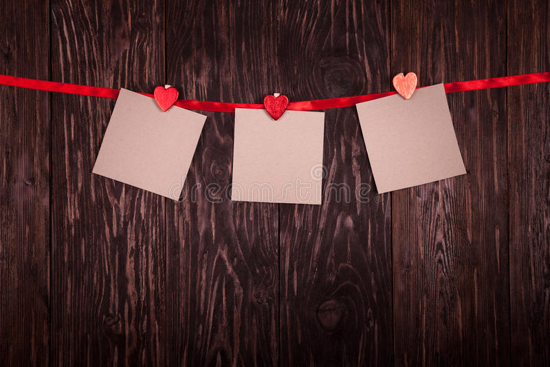 Feuille blanche de Saint-Valentin de concept de pinces à linge de papier photographie stock libre de droits