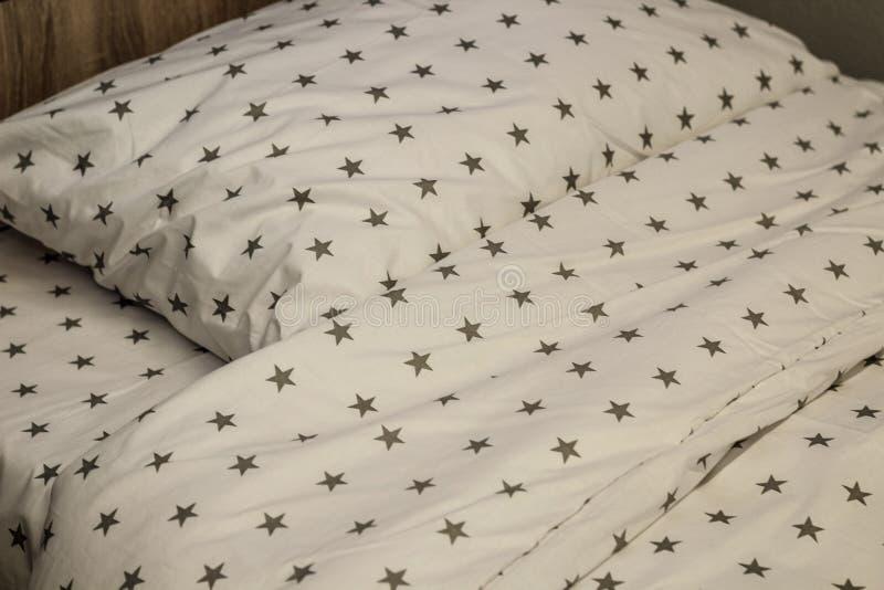Feuille, couverture et oreillers blancs de literie dans la chambre d'h?tel Repos, dormant, concept de confort Oreiller sur le lit images stock