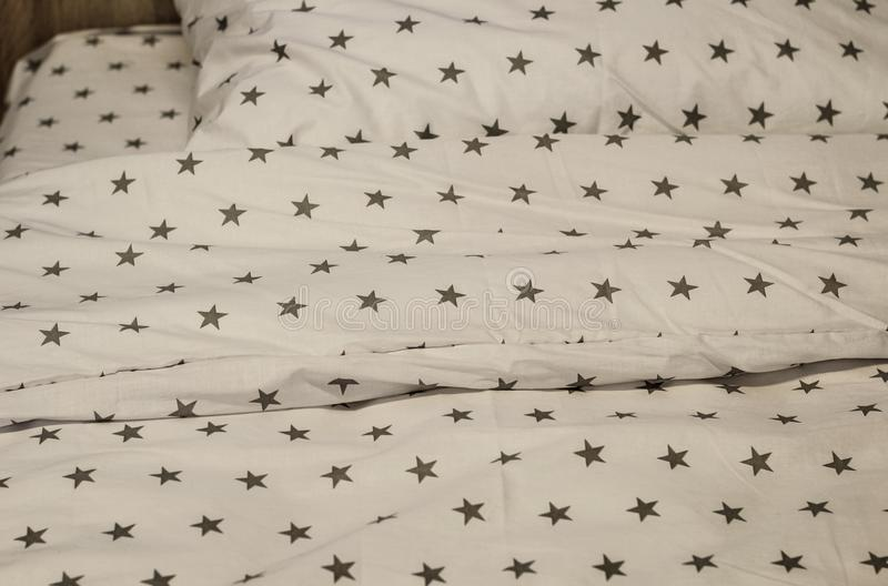 Feuille, couverture et oreillers blancs de literie dans la chambre d'h?tel Repos, dormant, concept de confort Oreiller sur le lit photos libres de droits